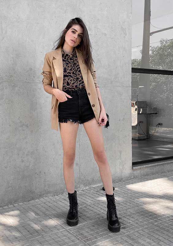 Look versátil com coturno e short jeans e blazer