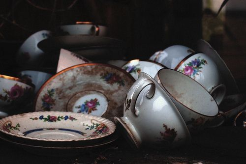 Imagine tea, tea cups, and alice in woderland