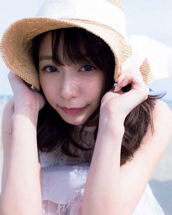 帽子をかぶる宇垣美里