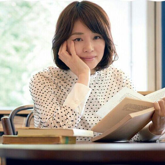 本を読む石田ゆり子の画像