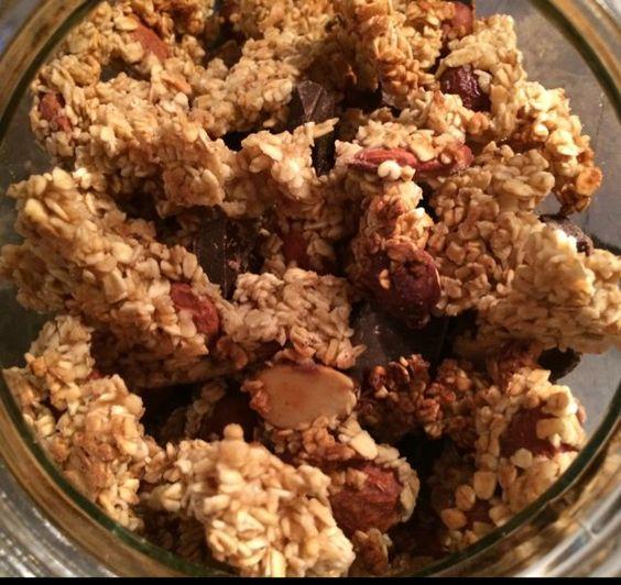 Muesli maison façon extra pépites 250g de flocon d'avoine complet  20g de farine 150g de miel 150 g de noisette et amande poêlées  60g d'eau  (Vous pouvez ajouter pépites de chocolat, raisins secs, fruits secs, noix de cajou...)