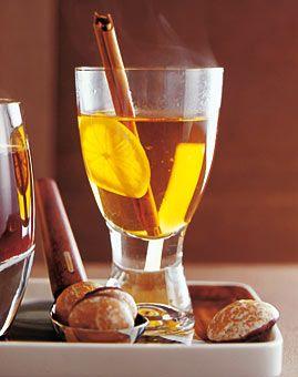 Zutaten    Für 6 Gläser:  750 ml Apfelwein (ersatzweise Cidre)  3-4 El Honig  2 Zimtstangen à 10 cm  1/2 unbehandelte Zitrone in Scheiben  1 Msp. frisch geriebene Muskatnuss  8 cl Calvados    Zubereitung  1. Alle Zutaten außer dem Calvados und der Zitronenscheiben in einen großen Topf geben und bei mittlerer Hitze bis knapp unter den Siedepunkt erhitzen. Dabei immer wieder rühren, bis sich der Zucker aufgelöst hat.    2. Zitronenscheiben in den heißen Wein geben und 10 Minuten unter dem…