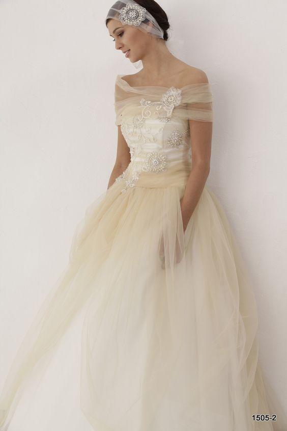 Suknie ślubne kolekcja 2015 Ismena | Pracownia Sukien Ślubnych Poznań - Jolanta Duda-Koprowska. Zapraszamy na przymiarki naszych sukienek w pracownii. Znajdziecie tu #tiulowe# #koronkowe# #muslinowe# i inne, zawsze #eleganckie# #suknie# #ślubne#