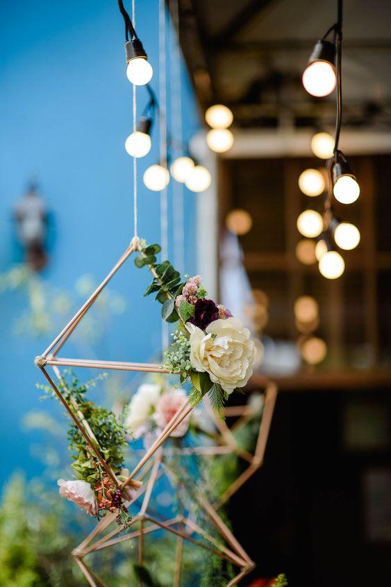 Na hora de decorar a sua festa,  pendurar objetos legais é uma opção super charmosa. Esse pêndulo geométrico com flores ficou lindo no chá de panela.