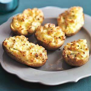 Gevulde aardappel /  * 4 grote kruimige aardappelen  * 10 g bieslook (bakje à 20 g)  * 25 g boter  * 125 g crème fraîche  * 100 g geraspte jong belegen kaas  * 1 ei ---- http://www.ah.nl/allerhande/recept/R-R680176/gevulde-aardappel