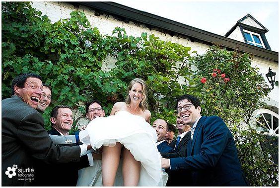 wedding bruiloft noordlimburg kasteen daelenbroeck herten bruidsreportage bruid groepsfoto grappige groepsfoto weddingdress trouwjurk