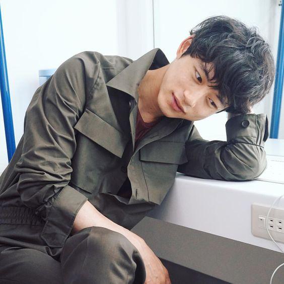 カーキ×ジャケットコーデの坂口健太郎のファッション