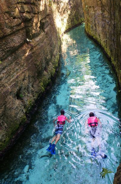 Nadando por el río subterráneo de Xcaret, Riviera Maya.