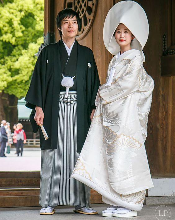 ЯПОНИЯ - Булката се облича в бяло кимоно, което представлява чистота и девойство, но тя също ще се превърне в червено кимоно, което, както в Китай, представлява добър късмет.