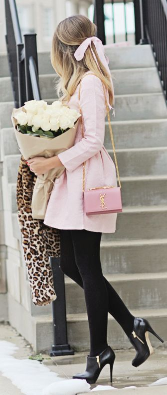 Den Look kaufen: https://lookastic.de/damenmode/wie-kombinieren/pelzjacke-skaterkleid-stiefeletten-umhaengetasche-strumpfhose/8797 — Rosa Skaterkleid — Hellbeige Pelzjacke mit Leopardenmuster — Rosa Leder Umhängetasche — Schwarze Wollstrumpfhose — Schwarze Leder Stiefeletten