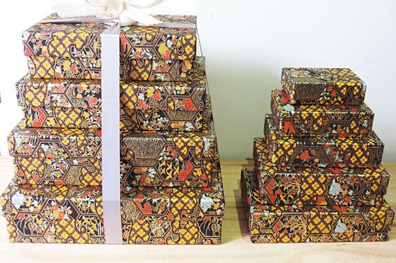 9 boites gigognes habillées d'un papier japonais chatoyants ( chiyogami). Pour les-papiers-de-Lucas.