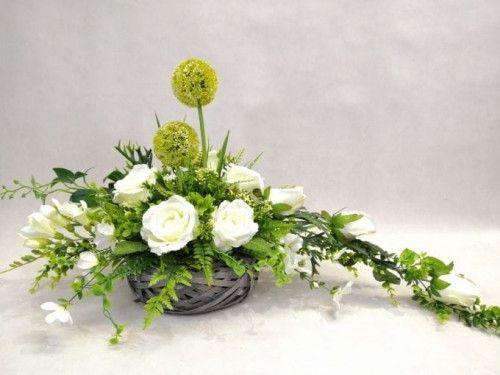 Bardzo Efektowny Stroik Na Grob Z Bialymi Rozami I Czosnkiem Kwiaty Wygladaja Jak Zywe Church Flower Arrangements Casket Flowers Floral Arrangements