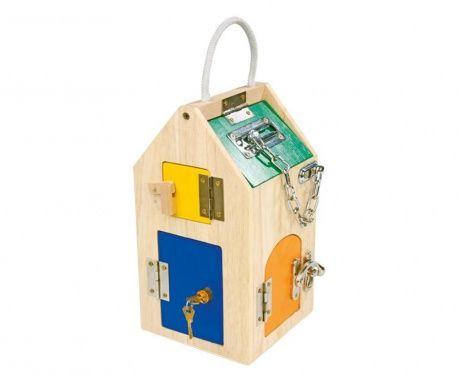Kućica ima vrata sa različitim tipovima brava koje djeca mogu otvoriti, razvijajući tako svoje motoričke funkcije.