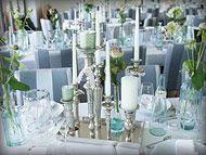 Silberne Kerzenständer als Centerpiece für Vintage-Hochzeitsdeko