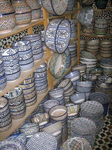 La cerámica en Marruecos proviene principalmente de Fez, Rabat, Safi y Wadi Lan.  La cerámica azul de Fez es muy popular, y se distingue por que es vibrante azul brillante.  Las impresionantes piezas de cerámica de Fez - conocidos como la cerámica Fassi - en sus diseños blancos y azules ...: