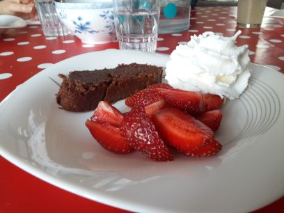 donc la voici et avec des fraises et un peu de crème fraiche c'est tout simplement delicieux! 500gr de crème de marron 3 oeufs 60 gr de beurre (toujours demi sel pour moi) 75 gr de chocolat patissier 1 c à s de poudre d'amandes 1c à c de rhum (l'alcool...