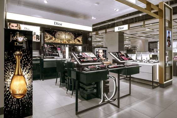 Using the latest design guidelines of the French luxury brand, the Shop Corner – with its geometrical forms and exciting, looping table – forms an effective frame for the richly colourful world of beauty products.