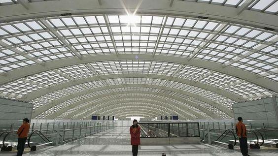 Una pasajera china se bebe una botella de coñac entera al no poder subirla al avión