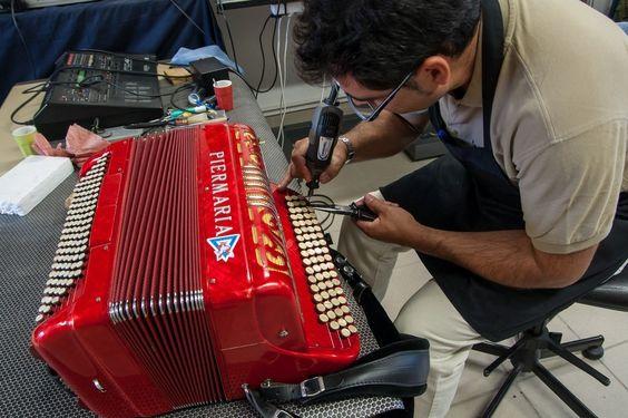 ATELIER D'ACCORDEONS DESAFINADO. Jorge DA CRUZ accorde et restaure tous les instruments à anches libres métalliques de la famille de l'accordéon, bandonéon, accordina, concertina. Il vous reçoit sur rendez-vous dans son atelier-magasin pour tous travaux de réparation et d'entretien ou pour l'acquisition d'instruments. Visite d'atelier sur RDV.