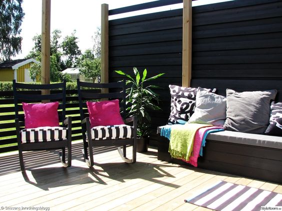 Uteplats uteplats matta : uteplats,gungstol,altan,platsbyggd soffa,bänk,kuddar,matta,randig ...
