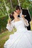 Schöne Junge Brautpaar Reitet Auf Einer Schaukel Lizenzfreie Fotos, Bilder Und Stock Fotografie. Image 13447359.