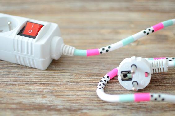Pourquoi pas donner une touche déco à ces cables qui nous envahissent ? Avec du masking tape.