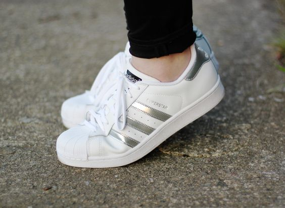 wei e adidas superstar sneakers mit silbernen streifen white adidas originals superstar sneakers. Black Bedroom Furniture Sets. Home Design Ideas