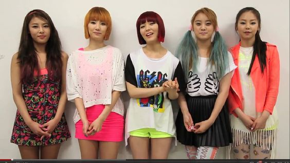 Sohee (on the far right) has the coolest shirt dress in this video. The fringe is short in the front and long and the back. I'm making a dress Like This, yo, Like This. ^^