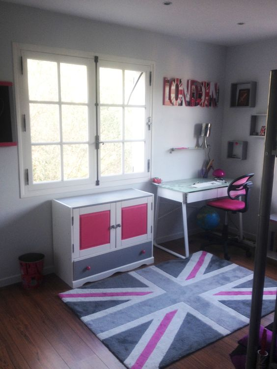 chambre d 39 adolescente dans les tons gris et rose fushia avec drapeau anglais et lettres london. Black Bedroom Furniture Sets. Home Design Ideas