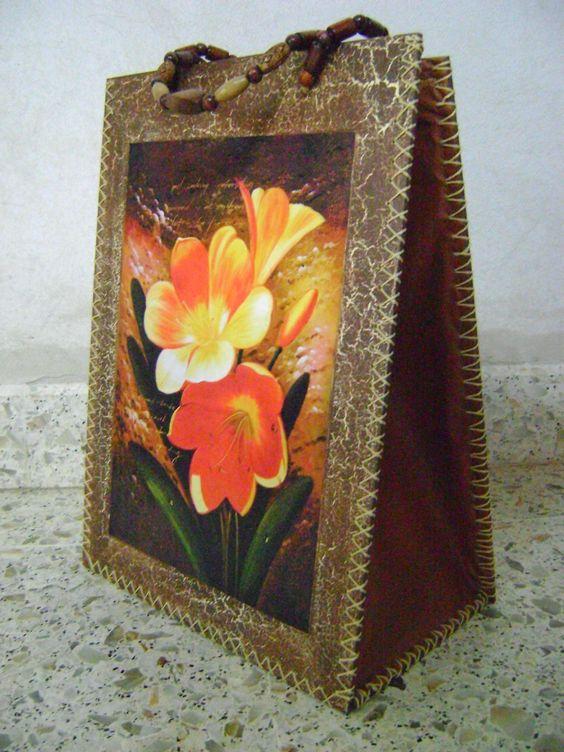 Bolso matero de madera con fuelle de cuerina.  Tecnica craquelado y decoupage con lamina