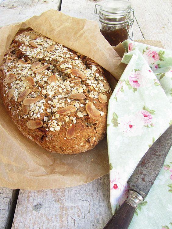 Pão rápido de frutos e sementes