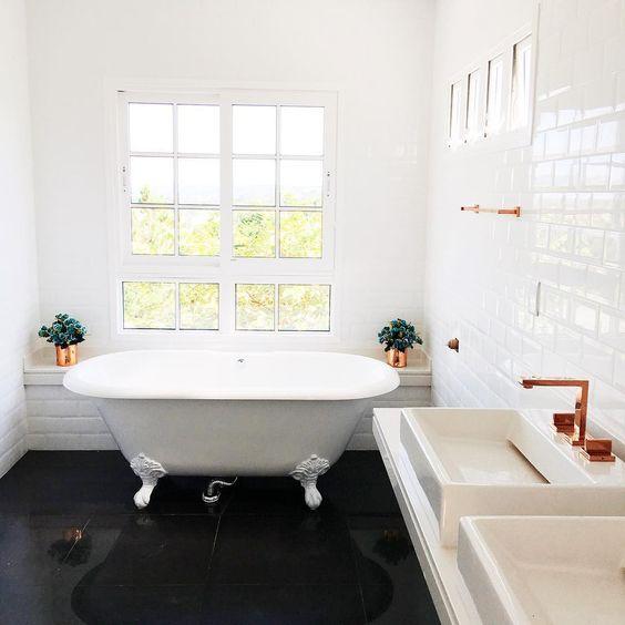 Banheiro da Casa Depois dos Quinze, de Bruna Vieira. Banheira vitoriana e pias em rosé gold.