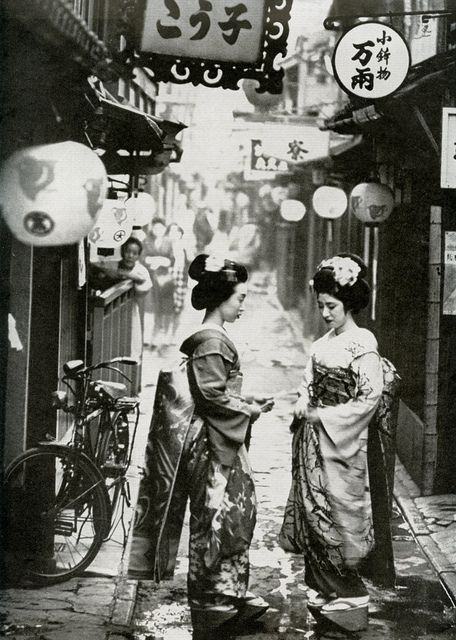 """Maiko. A photograph of Ponto-cho Maiko in Kyoto, by Burt Glinn, in the Japan issue of """"Holiday"""" magazine, October 1961."""