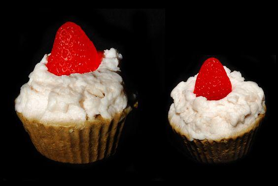 """Sabonete em formato de """"cup cake"""", possui três fragrâncias:  Base com textura de bolo - chocolate  Creme batido - baunilha  Enfeite de fruta - morango.  ."""