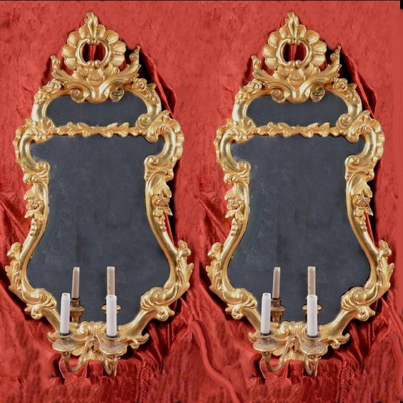 Paire de grandes appliques à miroir de forme violonée à fronton ajouré en bois sculptés.  Travail vénitien d'époque Louis XV vers le 1770. En vente sur Proantic, galerie La Corte Degli Ulivi Gallery Paar grote lampen in de spiegel van de vorm aan violonée fronton patronen met houtsnijwerk. Antieke venetiaanse werk louis xv naar de 1770. Te koop op proantic, galerie de corte degli ulivi gallery