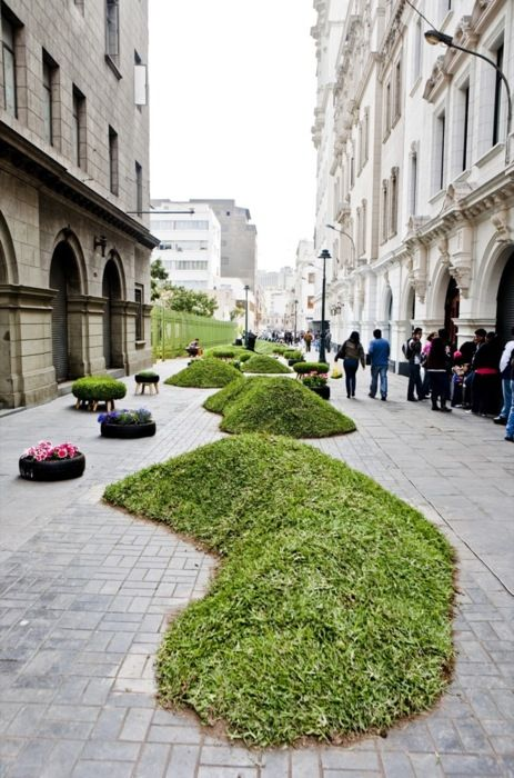 Deze afbeelding geeft een mooi beeld van de combinatie groen en bebouwing. Het groen neemt weinig ruimte in en geeft het straatbeeld een frisse 'look'.