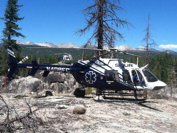 砂地に着陸しているヘリコプター