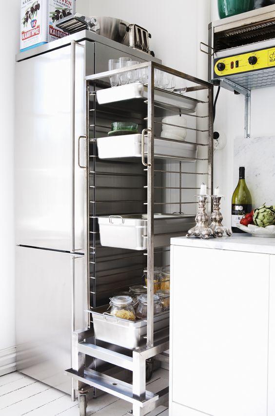 Rostfritt och vitt dominerar i köket. Smart rostfri restaurangförvaring. Foto: Andrea Turander