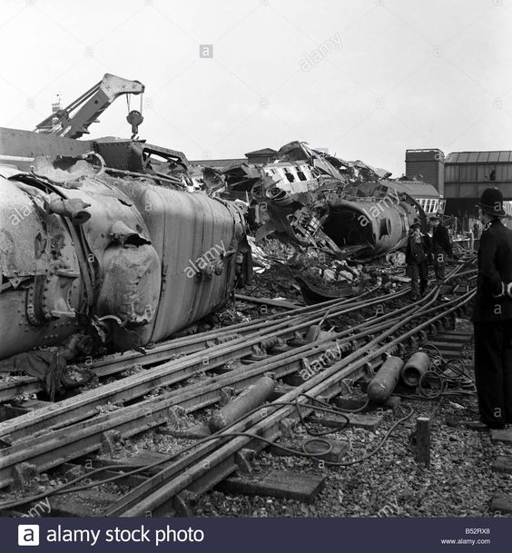 harrow-and-wealdstone-train-crash-wreckage-and-bodies-are-cleared-B52RX8.jpg (1286×1390)