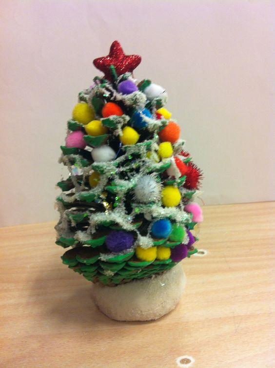 Kerstboom van dennenappels