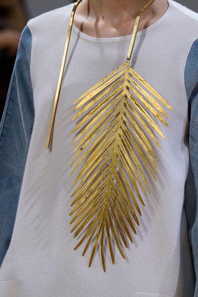 bijoux : collier, métal doré, feuille, Allude, marque allemande, Spring 2016: