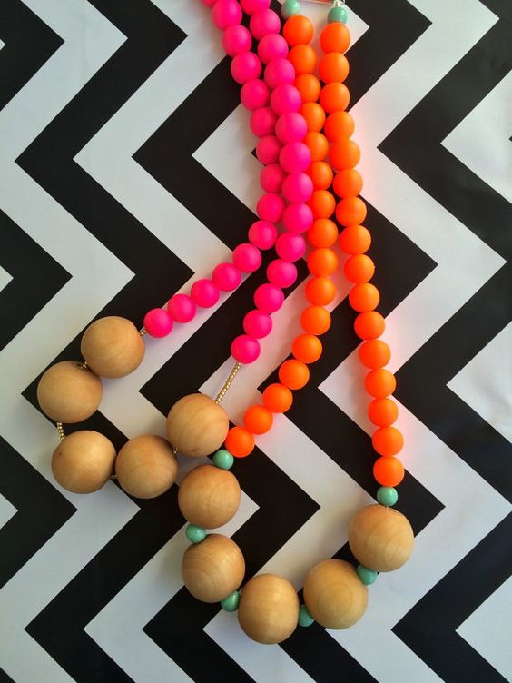 He encontrado este interesante anuncio de Etsy en https://www.etsy.com/es/listing/225975070/neon-orange-rubber-glass-and-wood-bead