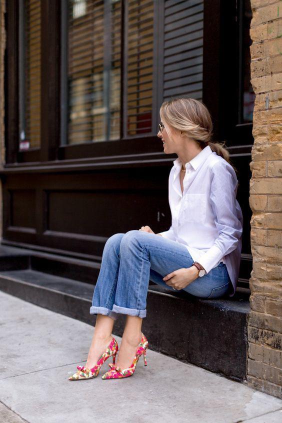 mujer usando zapatos con estampado de flores