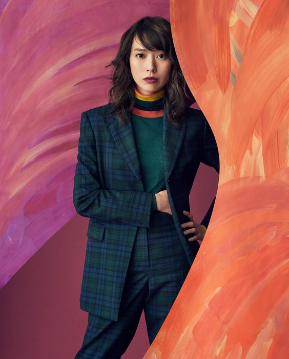 モダンな格好の戸田恵梨香さん