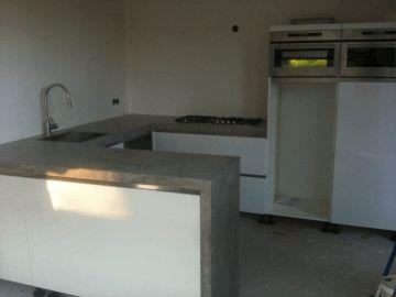Keuken hoogglans wit/ beton ciré werkblad - Interieur  Keuken ...