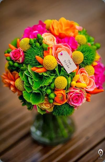 Toller Brautstrauß mit Rosen, grüner Bartnelke, Trommelstöckchen und Ranunkel