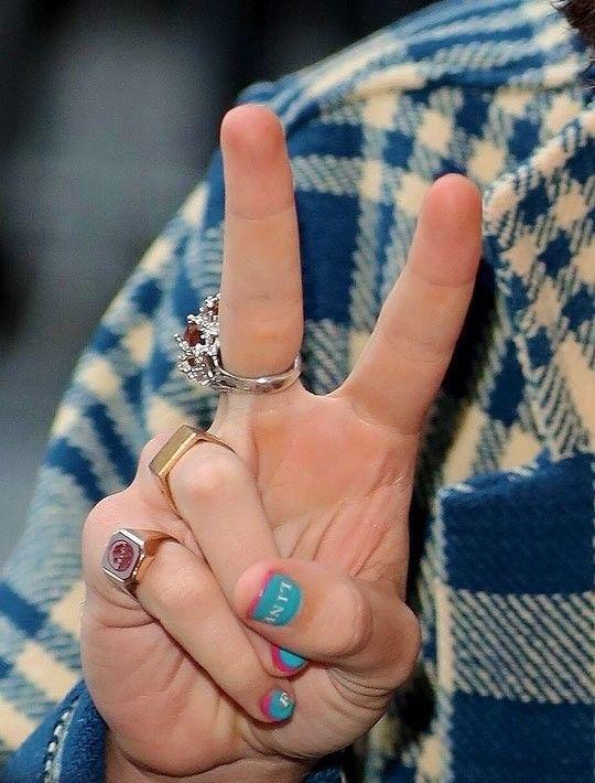 Pin By Anna Hazza On Harry Styles Harry Styles Hands Harry Styles Tattoos Harry Styles Concert