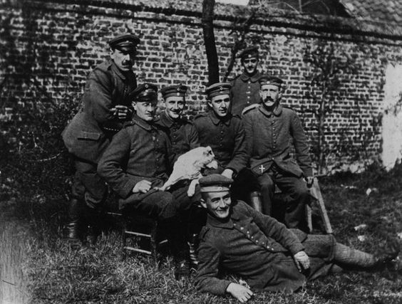 Von wegen GröFaZ:  Hitler (r.) mit bayerischen Kameraden in Frankreich. Nach...