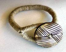 African Style Boho corde Bracelet, Bracelet envelopper de bouton, bijoux tribaux de chanvre, bouton d'OS sur la corde de chanvre naturel, respectueux de l'environnement