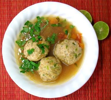 Albóndigas de pescado en caldito con verduras